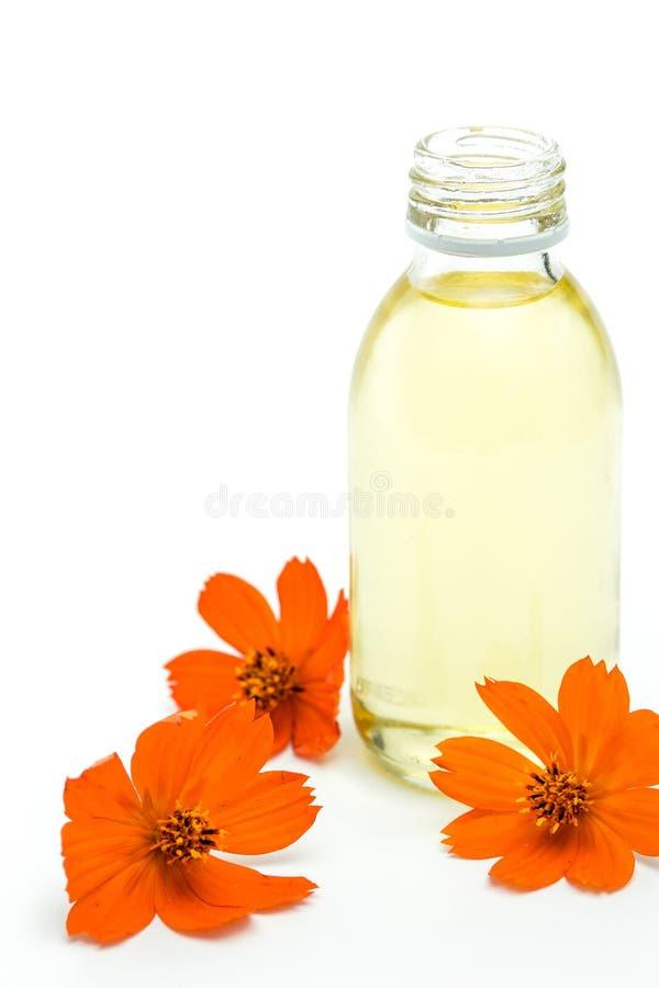 Spa och wellnessinställning med olje- extrakt och blommor arkivfoto
