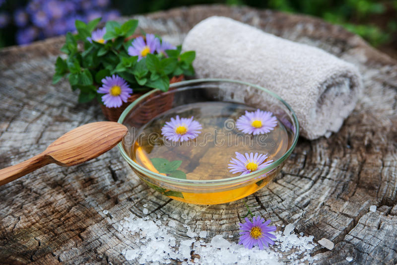 Spa och wellnessinställning med salt olje- extrakt för hav, blommor och arkivbilder