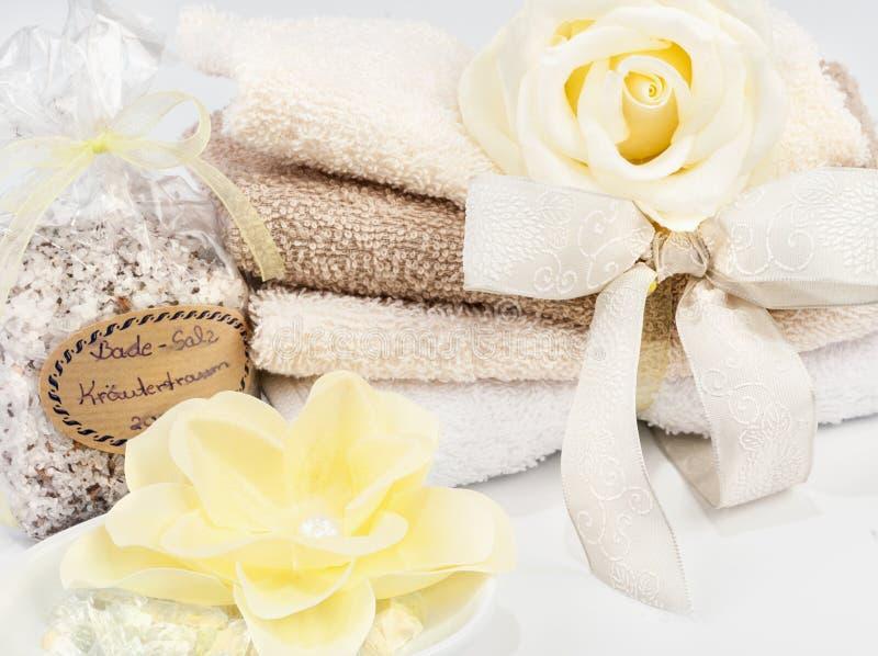 Spa och wellnessinställning med tvål, badsalt och handdukar fotografering för bildbyråer