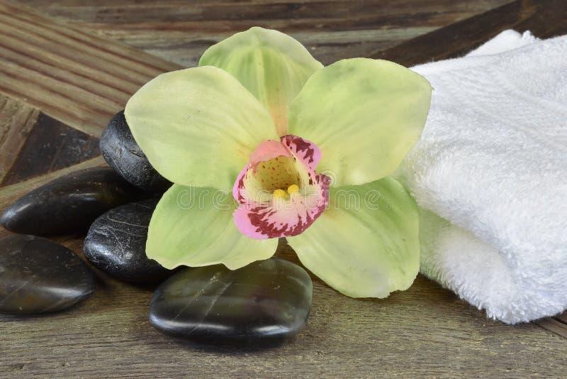 Spa och wellnessmassagestenar arkivfoton