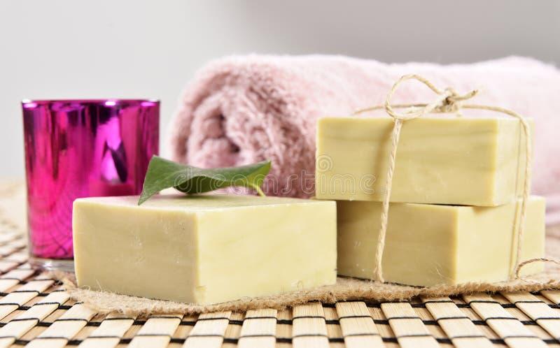 Spa organisk tvål, handduk och stearinljus arkivfoto