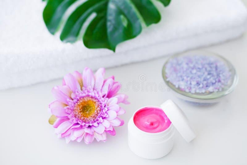 Spa Productos y cosméticos de la salud Flo de las toallas, poner crema y rosado foto de archivo libre de regalías