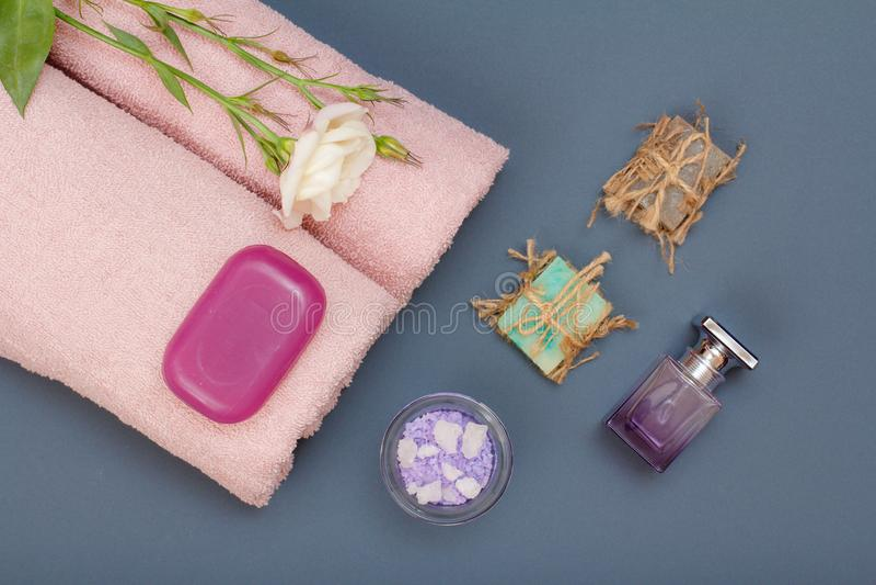 Spa produkter för ansiktsbehandling- och kroppomsorg Havet saltar, hemlagad tvål och handdukar arkivfoto