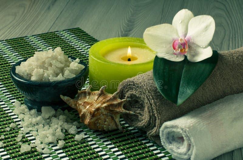 Spa produkter på träbakgrundsorkidé blommar, bowlar med havet royaltyfri fotografi