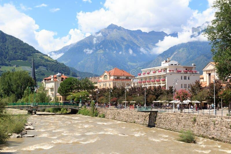 Spa promenad, flodförbipasserande och bergfjällängpanorama i Merano, södra Tyrol royaltyfri fotografi