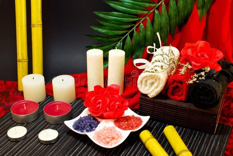 Spa sammansättning i röda och svarta färger med bambu arkivbilder