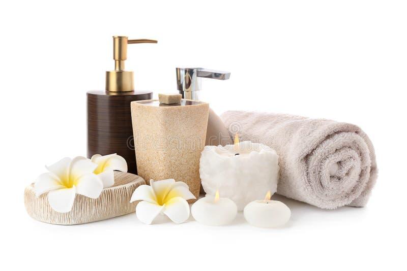 Spa sammansättning med stearinljus, toalettartiklar och den rena handduken på vit bakgrund arkivfoto