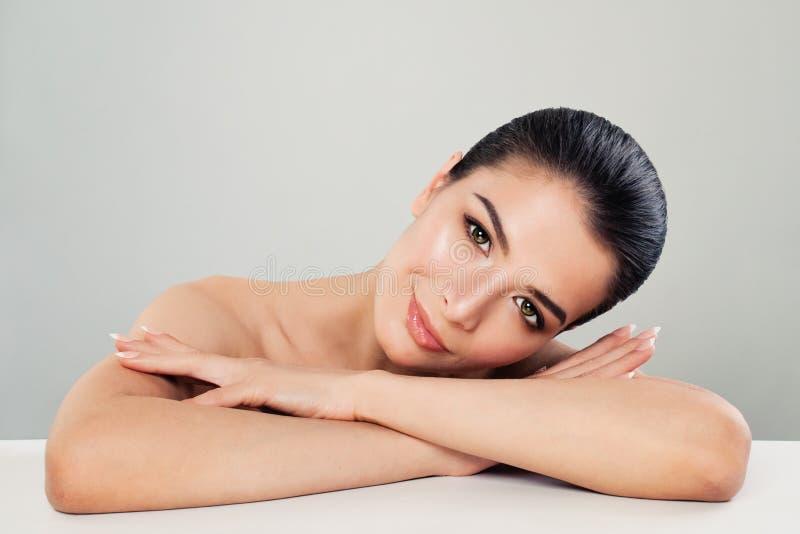 Spa skönhetstående av den trevliga kvinnaSpa modellen med sund hud arkivbild