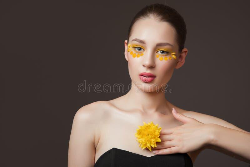 Spa stående av en ung kvinna Blommor på hennes framsida Begreppet av hud och kroppomsorg Perfekt hudhälsa arkivbild