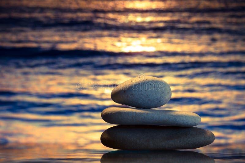 Spa stenar på solnedgången royaltyfria bilder