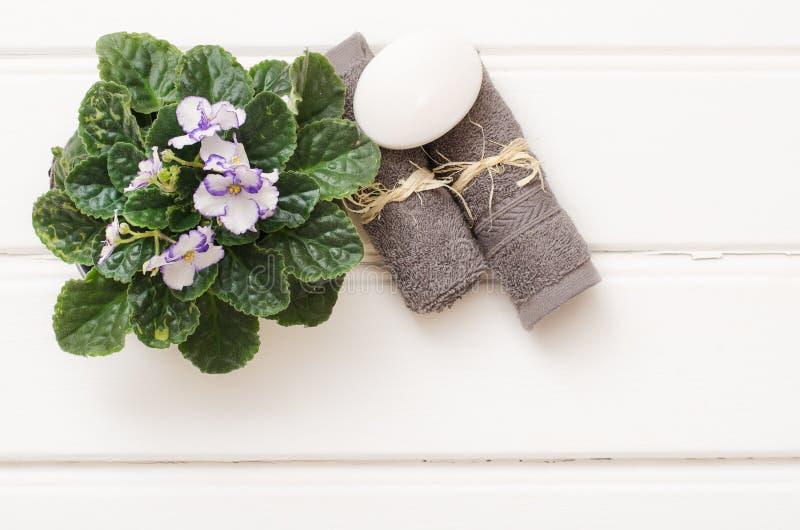 Spa stilleben - en tvål och handdukar på en träbakgrund arkivbilder