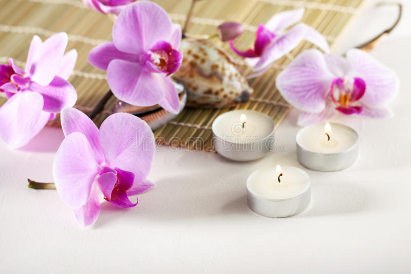Spa stilleben med aromatiska stearinljus, orkidéblomma royaltyfri fotografi