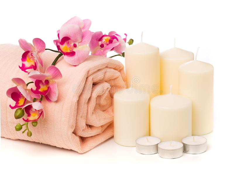 Spa stilleben med aromatiska stearinljus, orkidéblomman och handduken - Bild arkivfoton
