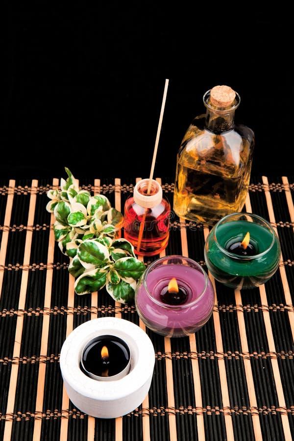 Spa stilleben med aromatiska stearinljus på svart bakgrund royaltyfri fotografi