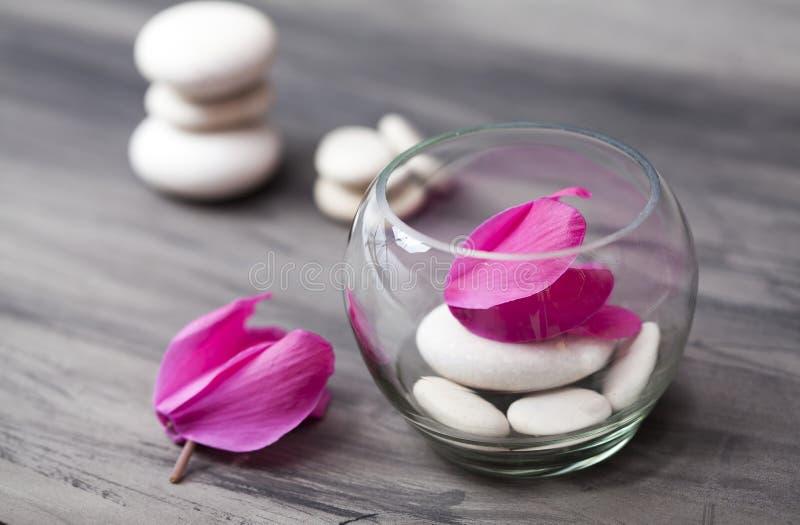 Spa stilleben med den rosa orkidén, den vita zenstenen och testearinljuset fotografering för bildbyråer