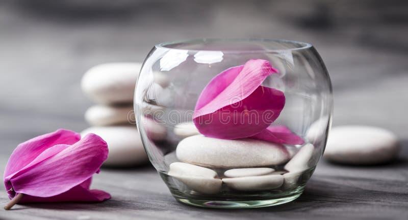 Spa stilleben med den rosa orkidén, den vita zenstenen och testearinljuset arkivfoton