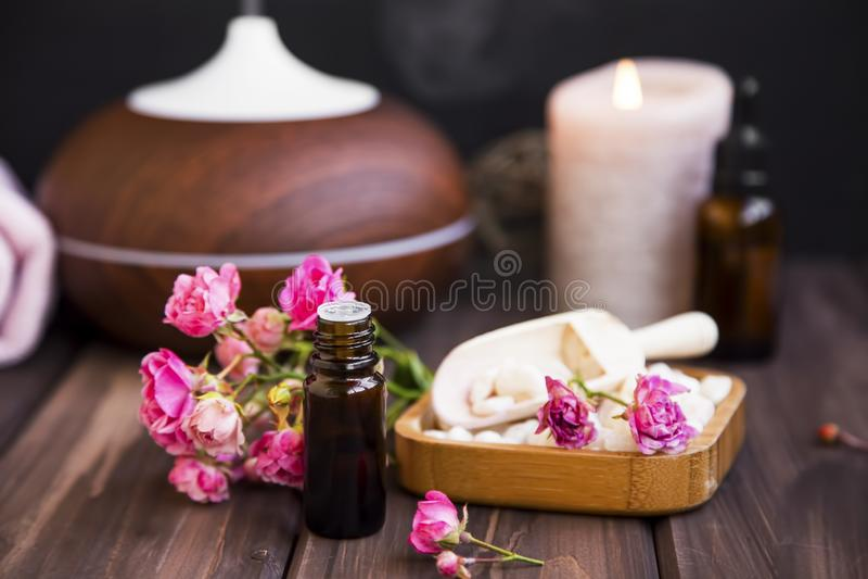 Spa stilleben med rosa olja arkivfoto