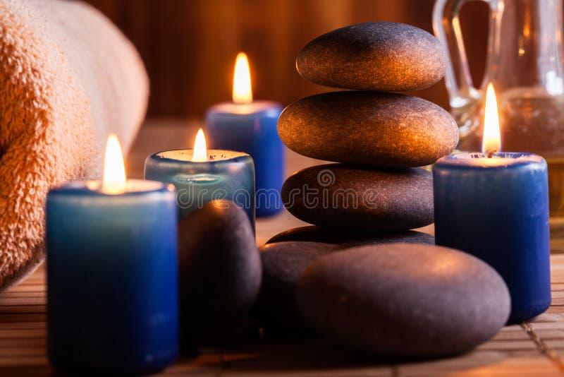 Spa stilleben med varma stenar och stearinljus fotografering för bildbyråer