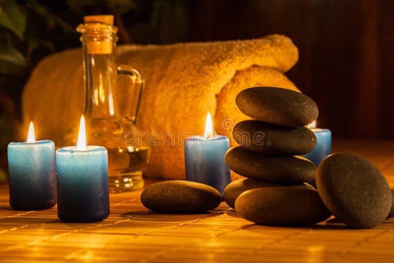 Spa stilleben med varma stenar och stearinljus arkivfoto