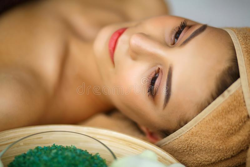 Spa Ung kvinna på massagetabellen i skönhetbrunnsortsalong arkivfoton