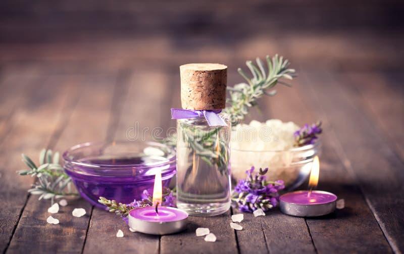Spa uppsättning med lavendelaromatherapyolja royaltyfri bild