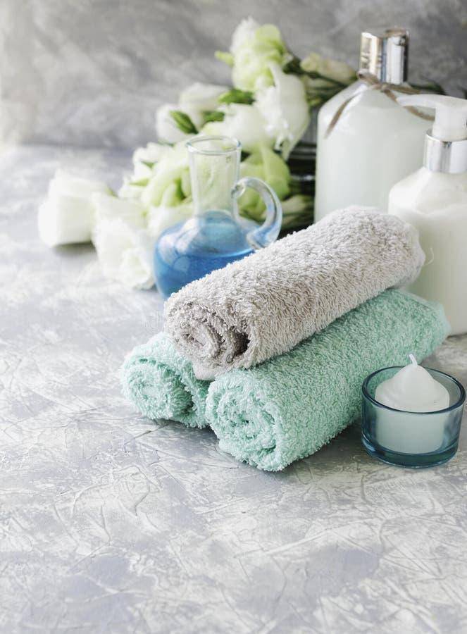 Spa uppsättning på en vit marmortabell med en bunt av handdukar, selektiv fokus royaltyfri fotografi