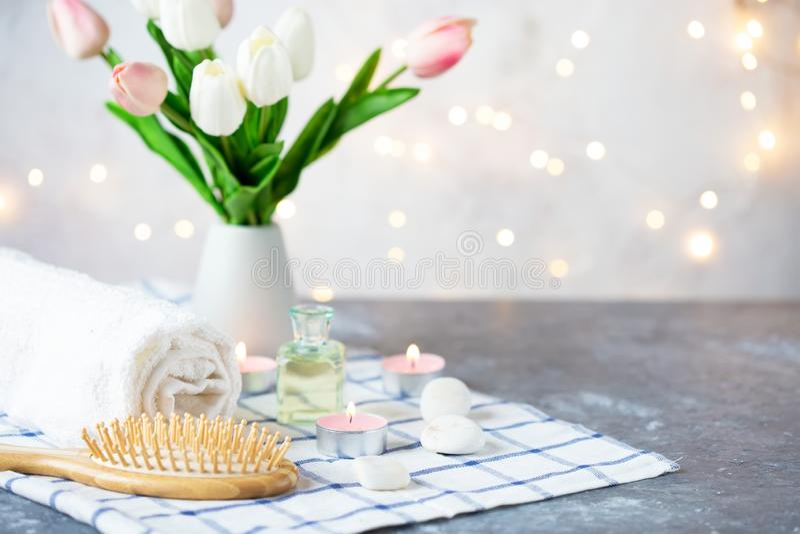 SPA, επεξεργασία ομορφιάς και καλλυντικό πετρέλαιο μασάζ πετσετών υποβάθρου wellness, λουλούδια, φω'τα και candel στοκ φωτογραφία με δικαίωμα ελεύθερης χρήσης