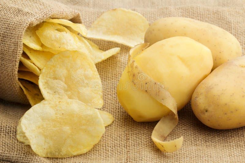 Spaanders en gepelde aardappel royalty-vrije stock foto's
