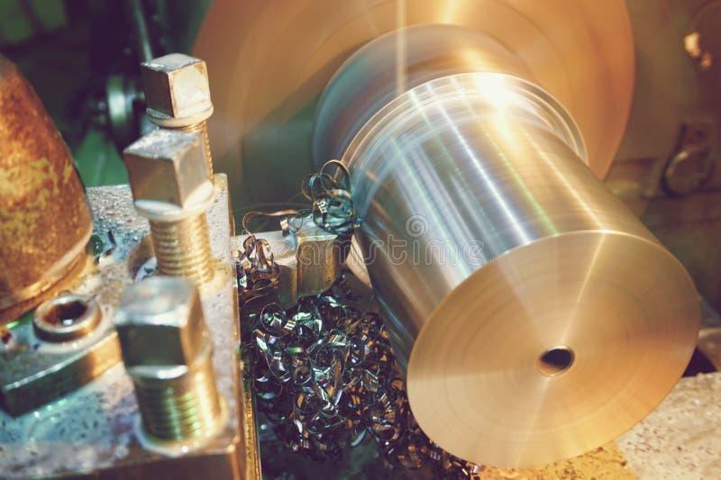 Spaanders op het detailsclose-up Draaibank, metaalverwerking door op industrieel materiaal te snijden Gekleurd Beeld royalty-vrije stock foto