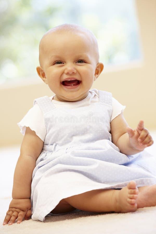 Spaans babymeisje thuis royalty-vrije stock afbeelding