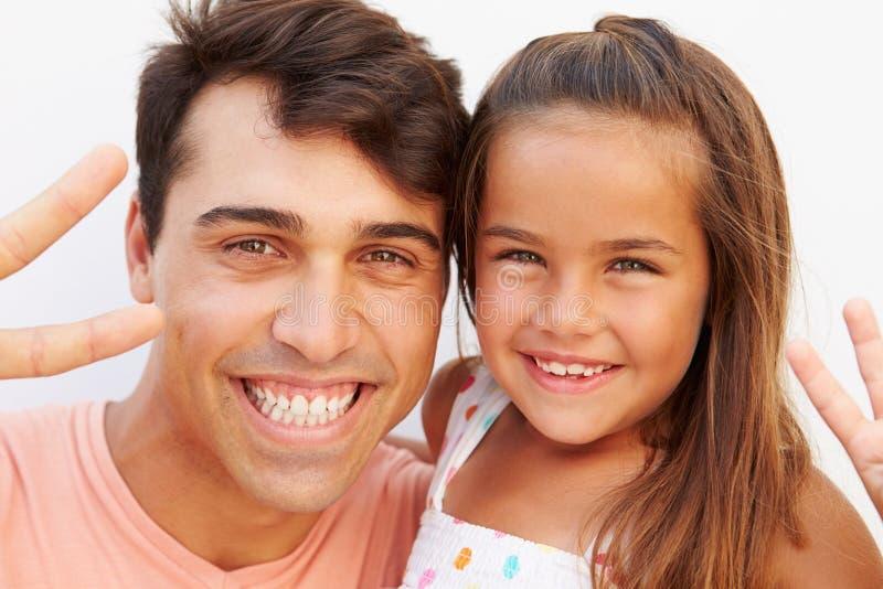 Spaans de Vredesteken van Vaderand daughter making royalty-vrije stock foto's