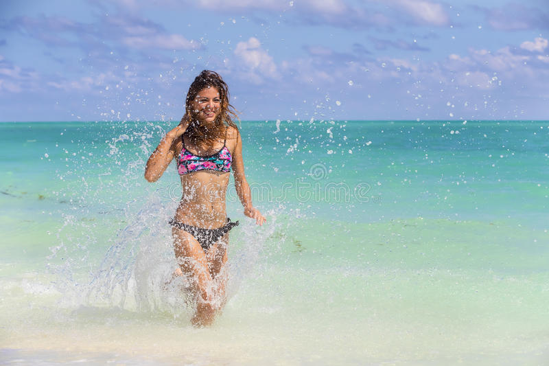 Spaans Donkerbruin Modelrunning at the-Strand stock fotografie