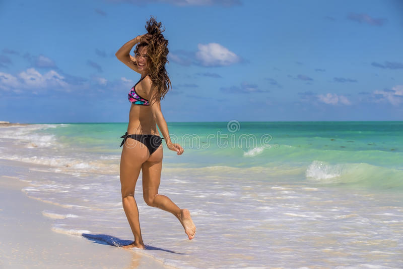 Spaans Donkerbruin Modelrunning at the-Strand stock afbeeldingen