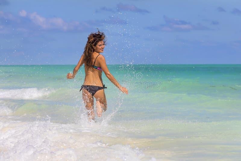 Spaans Donkerbruin Modelrunning at the-Strand royalty-vrije stock fotografie