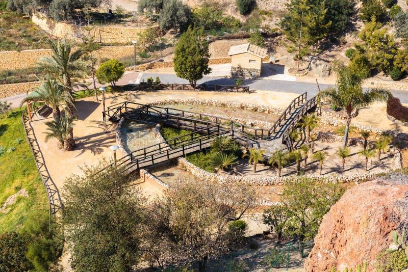 Spaans dorp met huizen, parkeren en gebied voor het ontspannen en het lopen bij de voet bergen, Finestrat Spanje stock foto