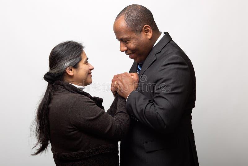 Spaans en Afrikaans Amerikaans Gelukkig Gemengd Raspaar royalty-vrije stock afbeeldingen