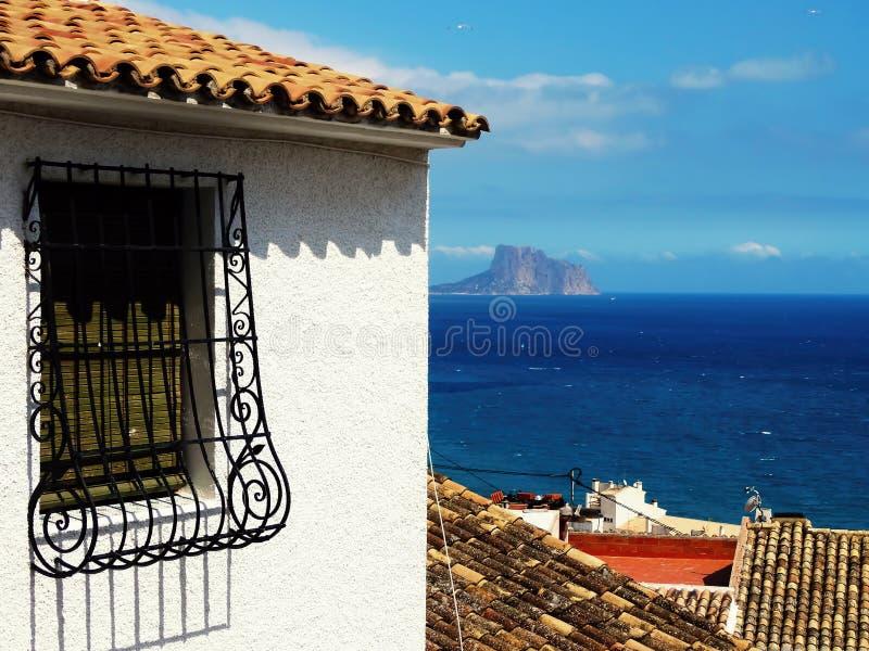 Spaans geraspt venster van oude huis en overzees op achtergrond royalty-vrije stock foto