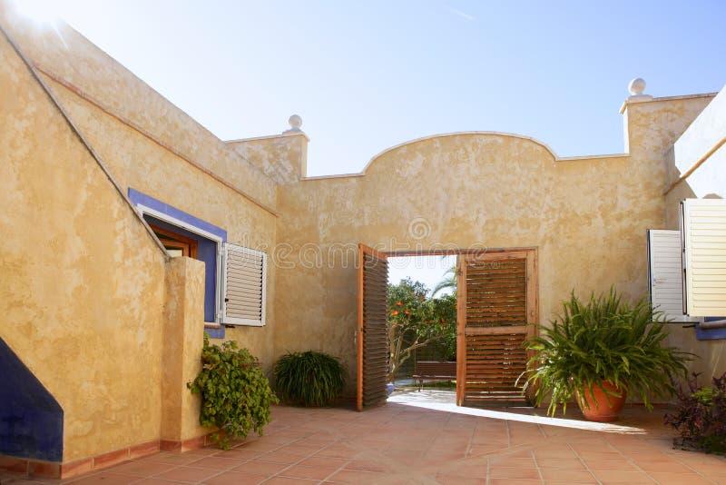 Spaans gouden mediterraan binnenplaatshuis royalty-vrije stock afbeelding