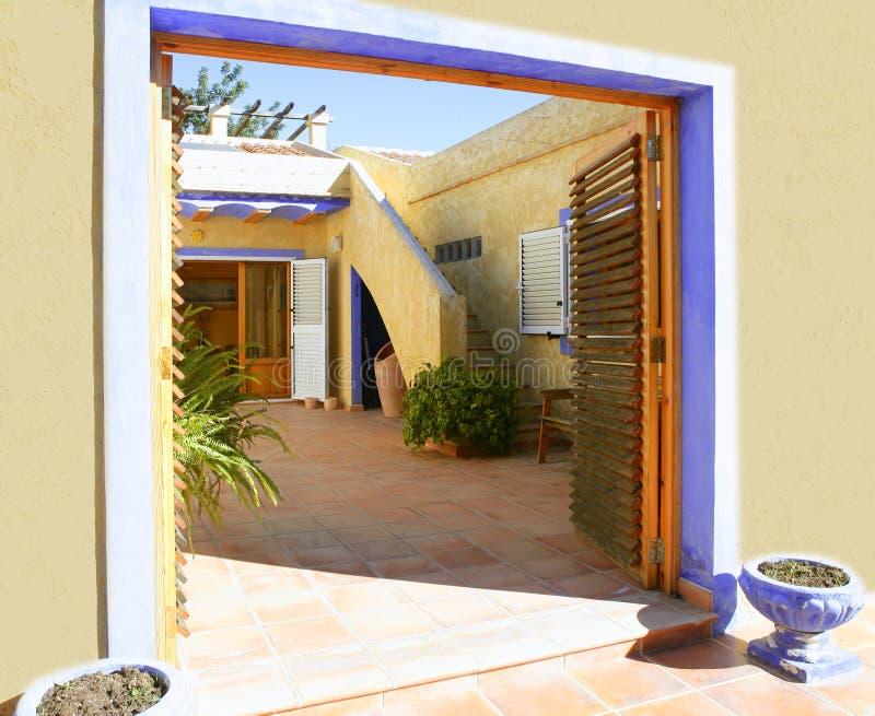 Spaans gouden mediterraan binnenplaatshuis royalty-vrije stock foto