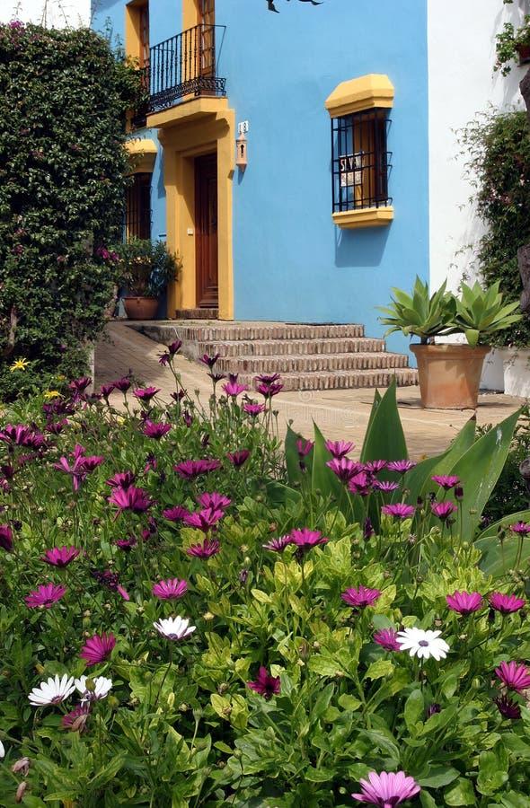 Spaans huis in pueblo met blauwe muren en gele versiering stock afbeeldingen