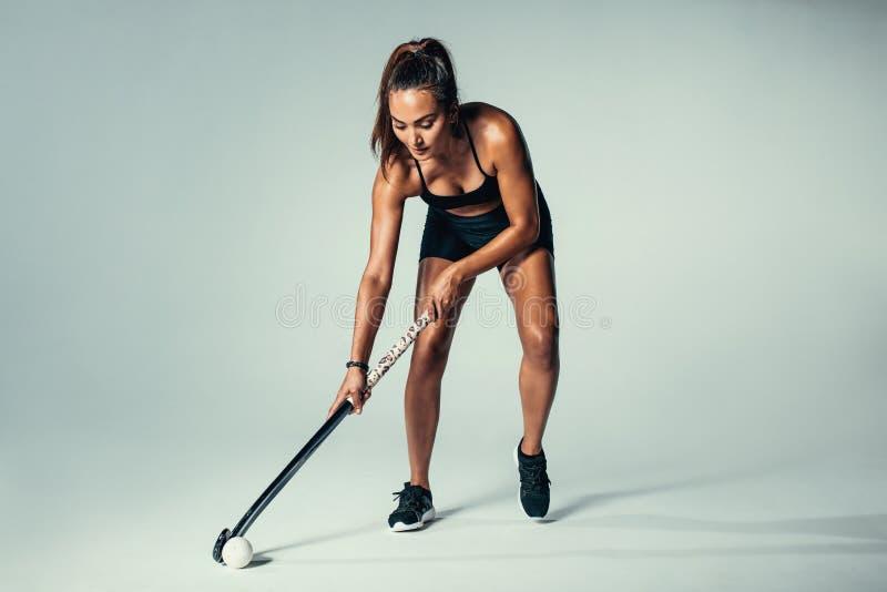 Spaans jong vrouwen speelhockey royalty-vrije stock afbeeldingen
