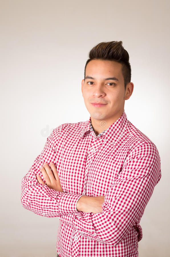 Spaans mannetje die het rode witte overhemd stellen dragen stock afbeeldingen