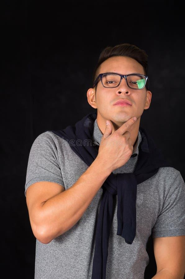 Spaans mannetje die strak overhemd, sweater over dragen royalty-vrije stock afbeeldingen