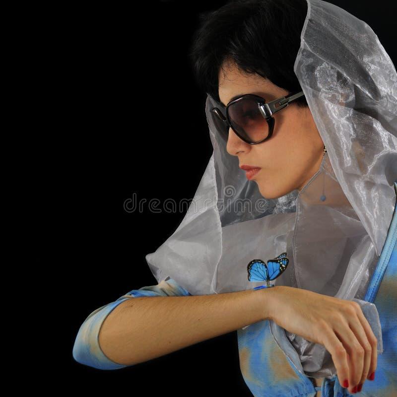 Spaans meisje dat met vlinder zonnebril draagt royalty-vrije stock foto's
