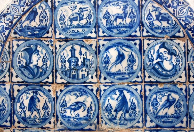 Spaans ontwerp van tegel voor muren van Alcazar, voorbeeld van historische decoratie van 14de eeuw, binnenlands van Sevilla stock afbeelding