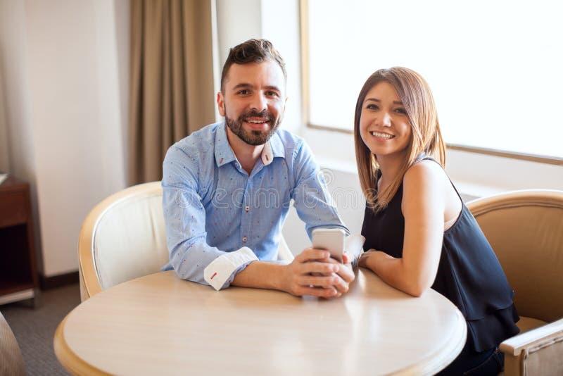 Spaans paar die een smartphone gebruiken stock fotografie