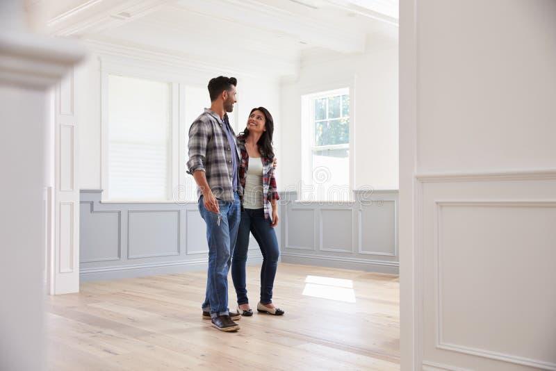 Spaans Paar die Potentieel Nieuw Huis bekijken stock foto's