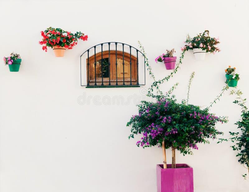 Spaans venster met bloemen royalty-vrije stock foto's
