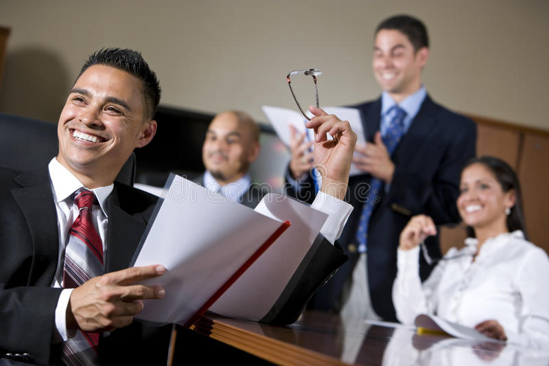 Spaanse bedrijfsmensen in bestuurskamer het glimlachen royalty-vrije stock afbeeldingen