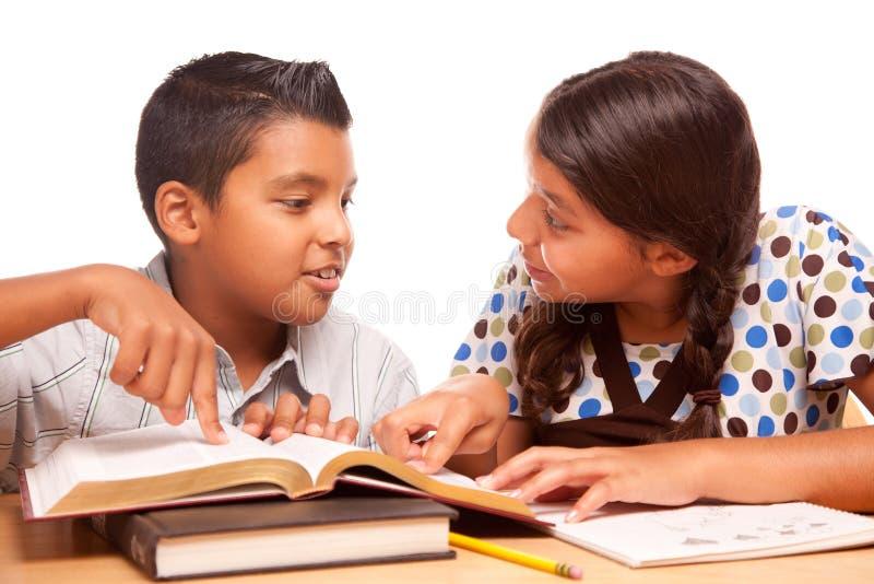 Spaanse Broer en Zuster Having Fun Studying royalty-vrije stock afbeelding